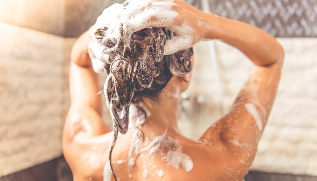 SJAMPO: Ekspertens beste tips til å gjøre en hjemmevask like bra som frisøren? Gjør som frisøren, skyll leeenge. FOTO: NTB Scanpix