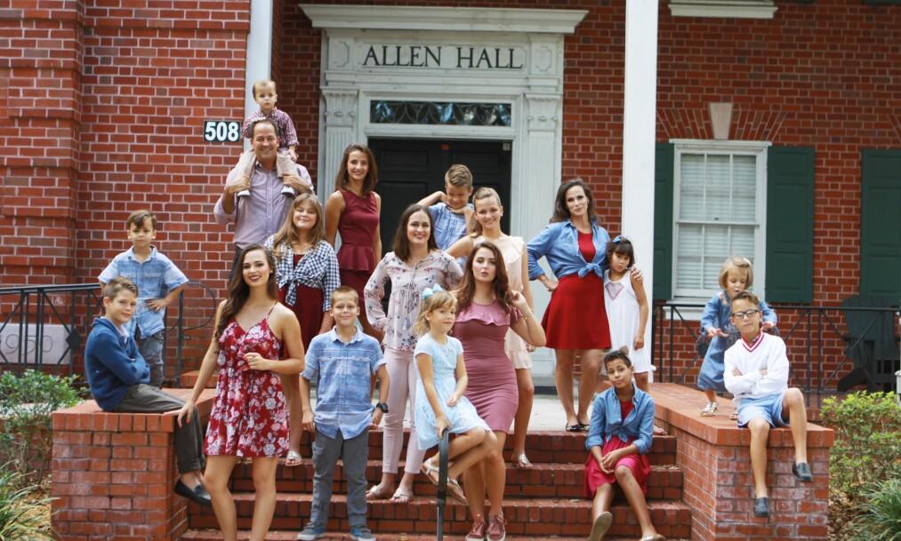 FAMILIEN REBACK: Til høyre i rød kjole står Lyette. Hun og ektemannen David (bak til venstre) har 16 barn sammen. Foto: Privat
