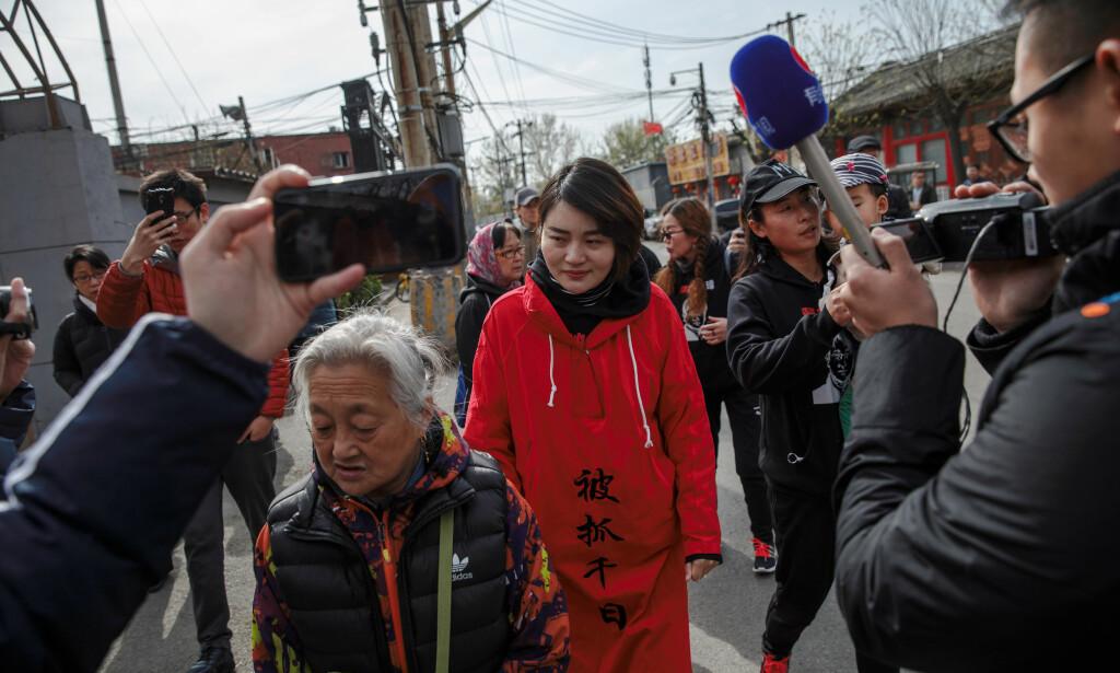 NY LANG MARSJ: Li Wenzu (i rødt) ville marsjere 100 km fra Beijing til Tianjin i protest mot at ektemannen har vært savnet siden han ble arrestert sommeren 2015. Nå er hun selv plassert i husarrest. Foto: Reuters / NTB Scanpix