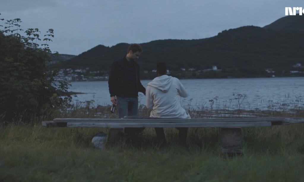 SOMMERNATT VED FJORDEN: Espen og Mario bonder. Foto: NRK