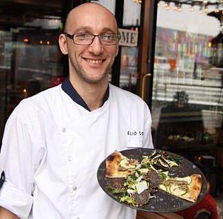 NORGES BESTE PIZZA: Her er Corsi med pizzaen han vant NM med, toppet med jordskokk og trøffel. Foto: Lars O Gulbrandsen