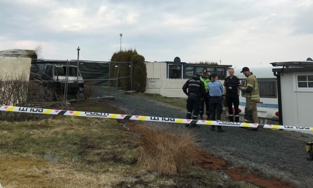 SPERRET: Området hvor den utbrente campingvogna står, er avsperret. Foto: Per Thime