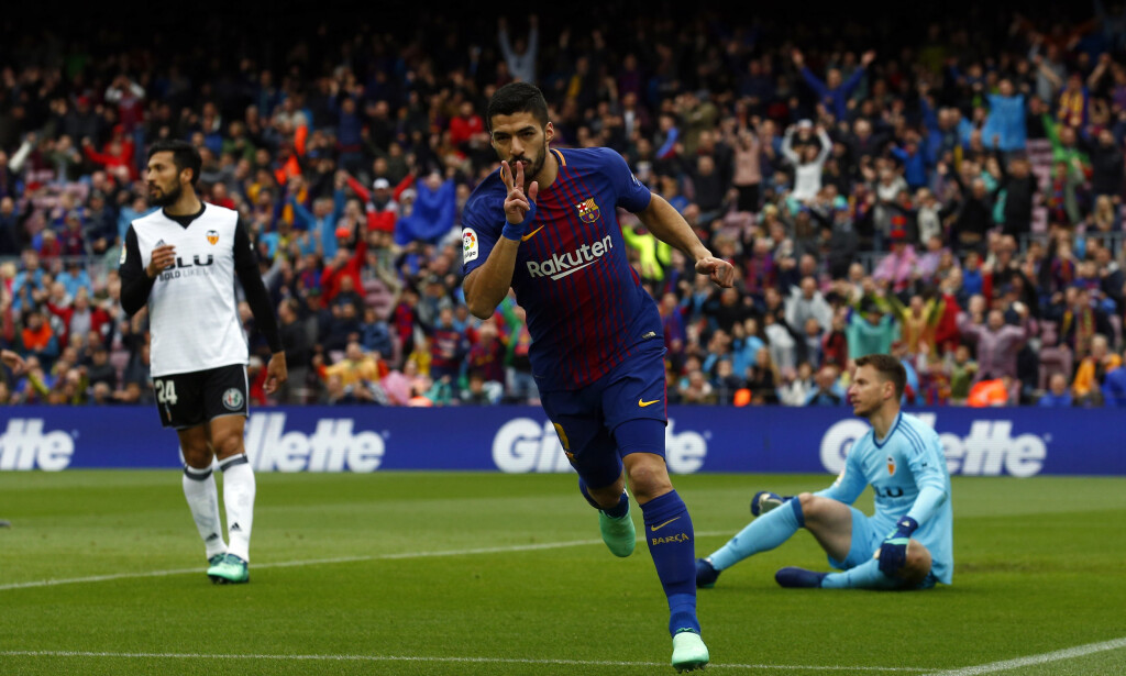 NÆRME TITTELEN: Luis Suarez og Barcelona tok et nytt steg mot ligagull med seier over Valencia. AP Photo/Manu Fernandez/NTB Scanpix
