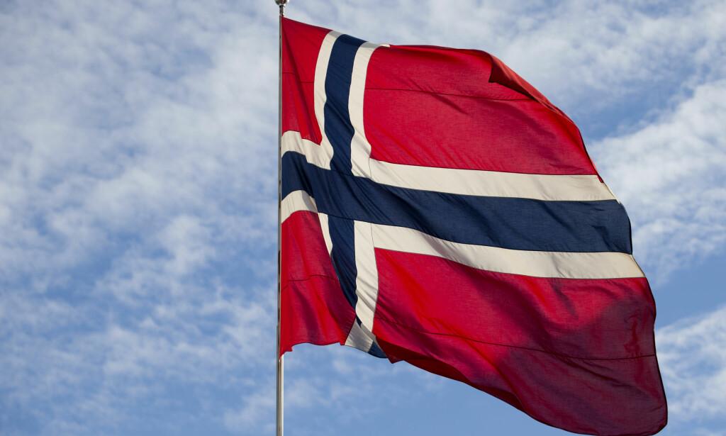 FEIL: Norske flaggprodusenter mener Utenriksdepartementet bruker feil farge i det norske flagget. Foto: Håkon Mosvold Larsen / NTB scanpix