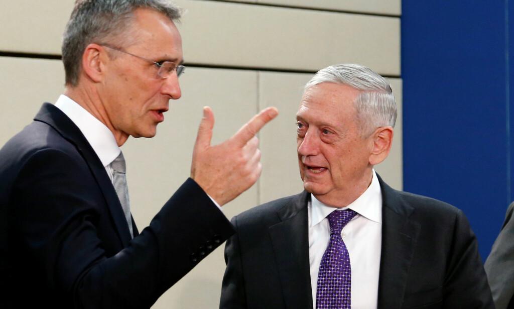 KOMMUNISERTE: Jens Stoltenberg (t.v.) avslører at han og USAs forsvarsminister Jim Mattis (t.h.) snakket sammen kvelden før det siste angrepet mot Syria. Foto: Reuters / NTB Scanpix