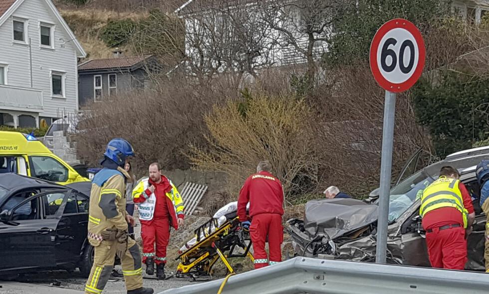 SKADET: Tre personer er fraktet med luftambulanse til sykehus etter ulykken på E39. Foto: NTB Scanpix