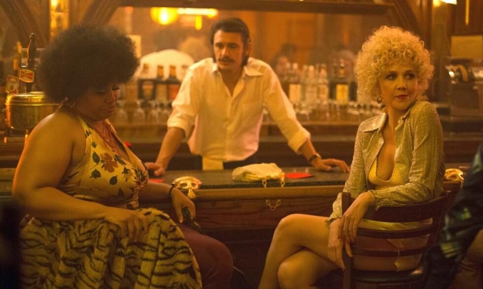 PROSTITUSJON: James Franco som bartender og Maggie Gyllenhaal (til høyre) spiller framtretende roller i «The Deuce». Begge er også inne på produksjonssida.