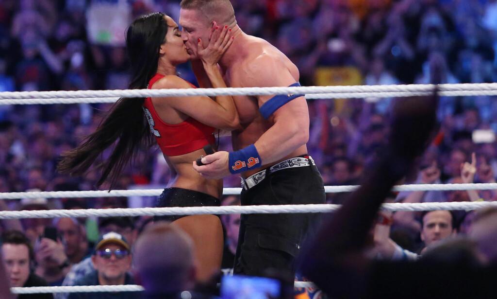 «SEAL THE DEAL...»: Nikki Bella og John Cena valgte å forlove seg i fjor. Det skjedde like etter at paret, som også wrestler sammen, hadde utkonkurrert et annet brytepar. Foto: Stephen M. Dowell/Orlando Sentinel/TNS/ABACAPRESS.COM, NTB scanpix