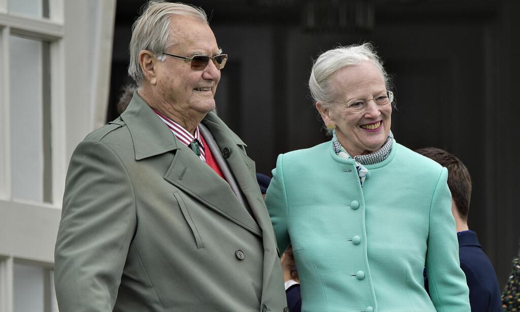 SISTE GANG: Dette bildet ble tatt i fjor, under dronningens 77-årsdag. Det var siste gang prins Henrik skulle feire bursdagen til sin elskede kone. Foto: Henning Bagger / NTB scanpix
