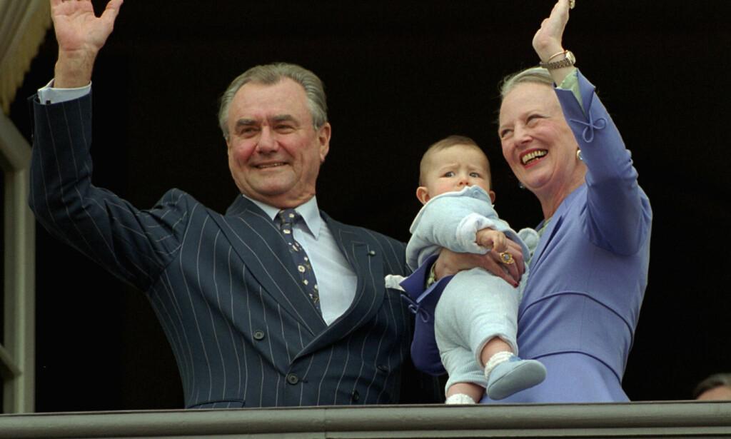 HURRA: Jubelen satt løst da dronningen og ektemannen viste fram vesle prins Nikolai på hennes 60-årsdag i 2000. Foto: Keld Navntoft, NTB scanpix