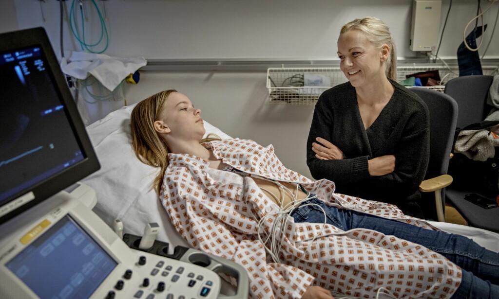 ENDA EN SJEKK: Tone Wiig er med datteren Frida for en hjertesjekk på Rikshospitalet i Oslo. For fire år siden avsluttet Frida kreftbehandlingen, kreftfri. Men den tøffe behandlingen har satt sine spor. Foto: Jørn H. Moen / Dagbladet
