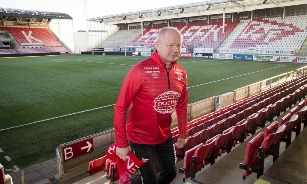 GOD START: Fredrikstad og Per-Mathias Høgmo vant i premieren og mange fant veien til stadion. Foto: NTB Scanpix