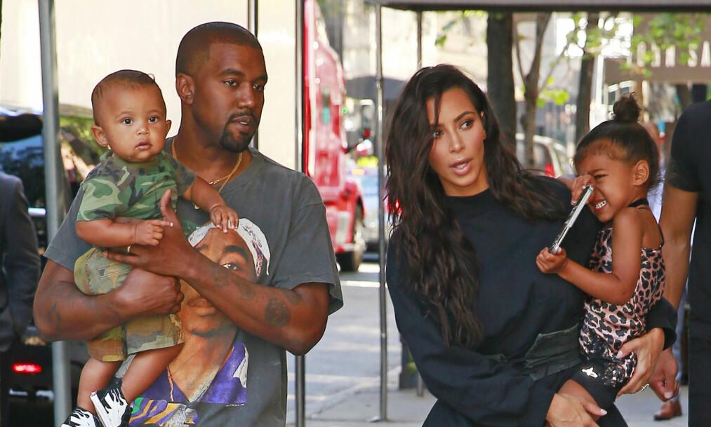 BYTTET NAVN: Kim Kardashian synes ikke navnet på datteren klinger noe bra. Nå har hun gitt Chicago et nytt kallenavn. Her er hun sammen med ektemannen Kanye West, sønnen Saint og datteren North West. Foto: NTB Scanpix