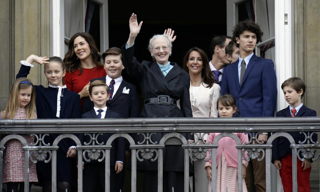 STORFAMILIEN: Store deler av den danske kongefamilien ble med dronning Margrethe ut på balkongen på Amalienborg slott. Hun kom først ut alene på en annen balkong, før hun gikk vinkende ut og smilte til folket. Foto: Mads Claus Rasmussen / NTB scanpix