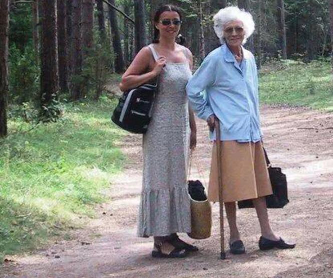 <strong>Spasertur:</strong> Dette bildet er tatt ikke lenge før Sonjas mor Joan Ruth gikk bort. Foto: Privat