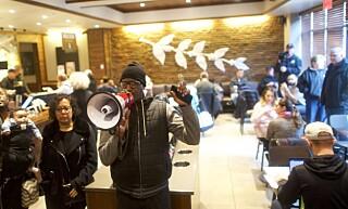 OPPRØR: Lokale Black Lives Matter-aktivister møtte lørdag opp for å kreve at den Starbucks-ansatte får sparken etter hendelsen. Foto: Michael Bryant/AP