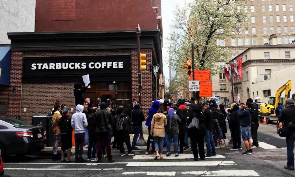 BLACK LIVES MATTERS: Lokale aktivister i Black Lives Matter demonstrerte utenfor Starbucks-filialen der de to mørkhudede mennene ble arrestert. Foto: CNN