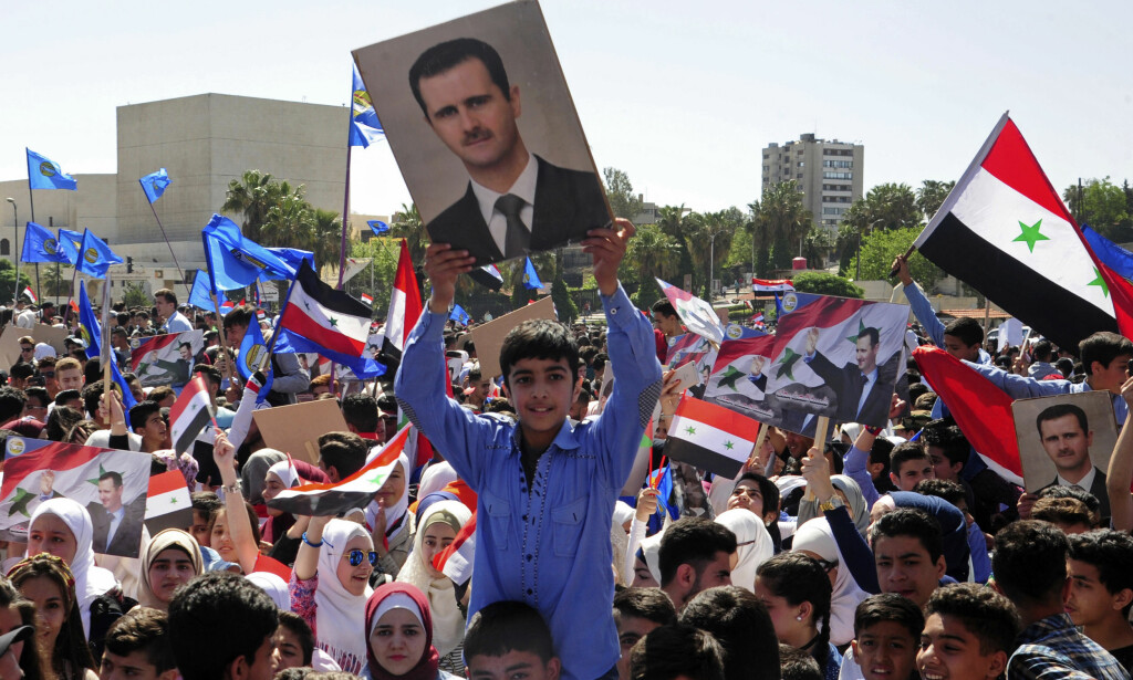 HYLLET PRESIDENTEN: Flere hundre mennesker hyllet president Bashar al-Assad i Syrias hovedstad Damaskus - her er gledesscener fanget opp av det offisielle syriske nyhetsbyrået SANA. Foto: SANA/AP/NTB Scanpix.