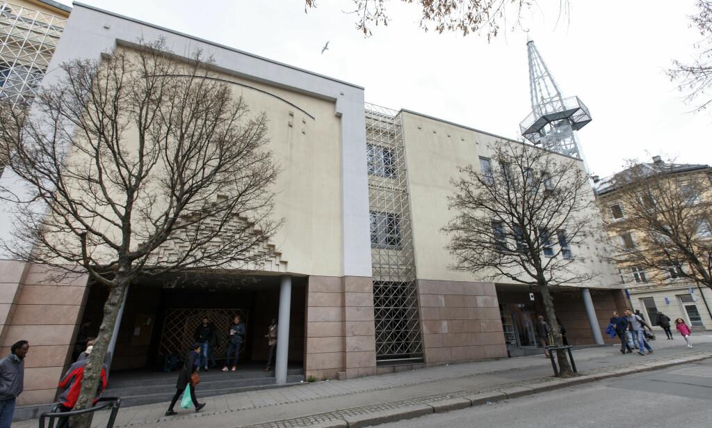 DIGITALE BØNNEROP: Moskeer i Norge i dag bruker apper og lignende, i stede for bønnerop, for å nå ut til sine medlemmer. Plagsom støy fra bønnerop er et problem som ikke eksisterer, skriver artikkelforfatteren. Her er Norges største moské, Central Jamaat Ahle-Sunnat på Grønland i Oslo. Foto: Gorm Kallestad / NTB scanpix