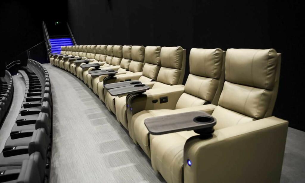 LUKSUS: Luksussetene på Odeon har og beinplass, justerbar varme, muligheter for å lade opp mobilen, samt elektrisk justering av rygg- og beinstøtte. Foto: Endre Vellene