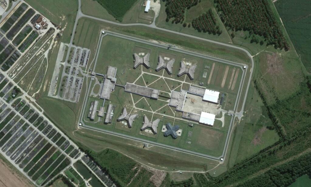 DE ANSATTE RØMTE: Sju fanger ble drept og 17 alvorlig skadd i høyrisikofengslet Lee Correctional Institution i Sør-Carolina søndag kveld. Foto: Google Earth.