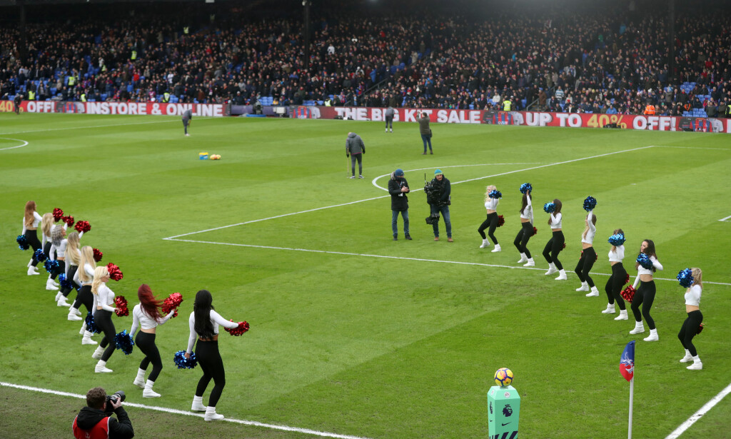 DANSENDE VELKOMST: Slik blir spillerne tatt imot på Selhurst Park i London - av dansende jenter. Foto: NTB scanpix