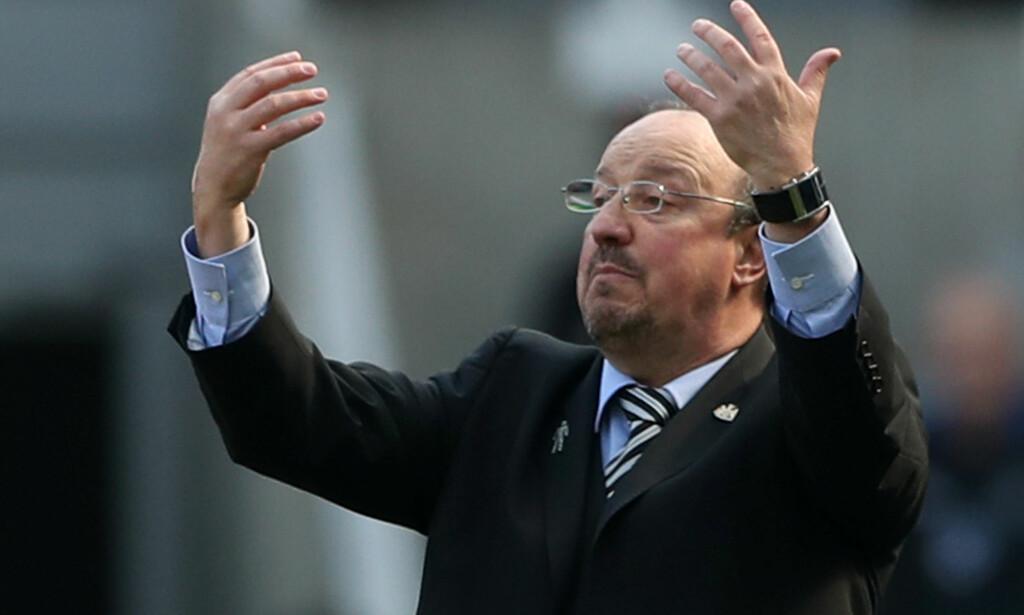 STØTTE HOS SUPPORTERNE: Rafael Benitez kom på kant med eierne i Liverpool, og nå har han startet en kamp mot Newcastle-eieren. Han får (igjen) full støtte av supporterne. Foto: NTB Scanpix