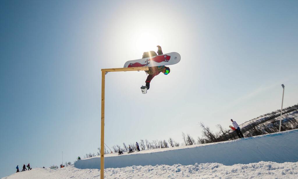 SKYHØYT: Den tidligere verdensmesteren fløy over hele høydemålestokken i halfpipen i Kikut-parken på Geilo på den relanserte, første promodellen sin. Foto: Trygve Holte