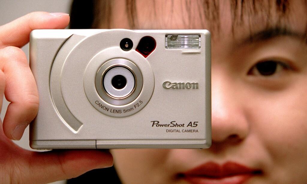 VERDENS MINSTE: I 1998 kom Canon PowerShot A5, som var det minste kameraet som kunne skilte med 1024x768-oppløsning på bildene. Foto: Yoshikazu Tsuno / AFP / NTB Scanpix