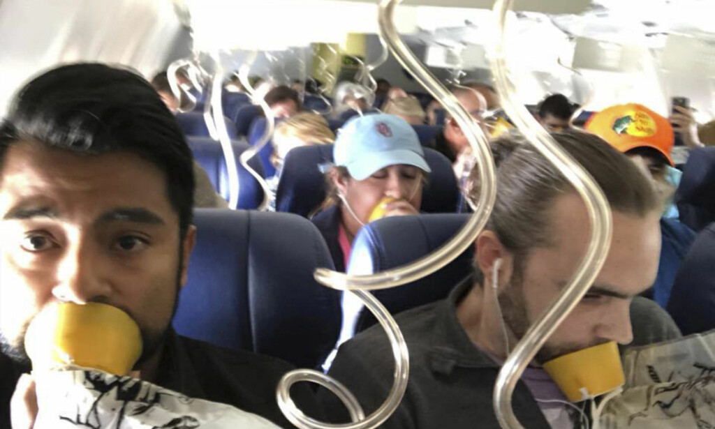 KAOTISK: Det ble kaotiske tilstander da en del av den ene flymotoren falt av. Her er et bilde av passasjerene om bord på Southwest Airlines-flyet. Foto: Marty Martinez / AP / NTB Scanpix