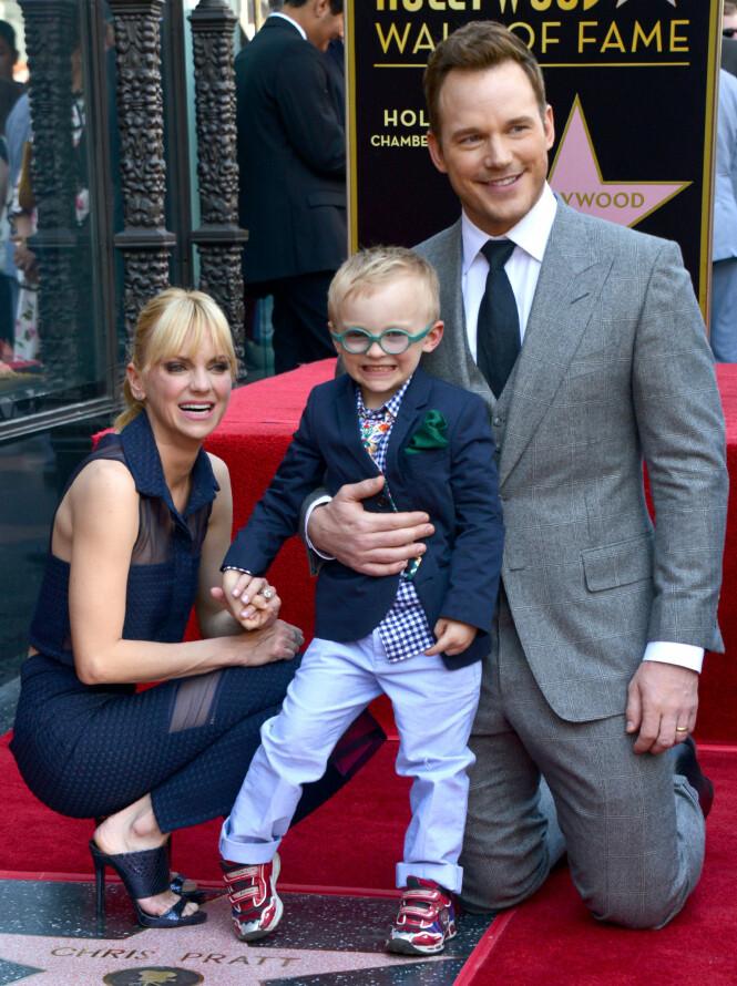 SAMLET: I april i fjor mottok Pratt en stjerne på Hollywoods Walk of Fame. Da stilte han opp sammen med kona og sønnen. Fire måneder senere kom nyheten om skilsmissen. Foto: NTB Scanpix