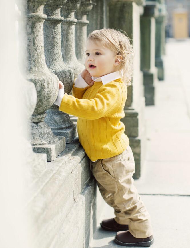 <strong>SØTNOS:</strong> Prins Alexander ble fotografert ved Stockholms slott i forbindelse med sin toårsdag. Her leker den nysgjerrige prinsen ved gelenderet. Foto: Erika Gerdemark / Kungahuset