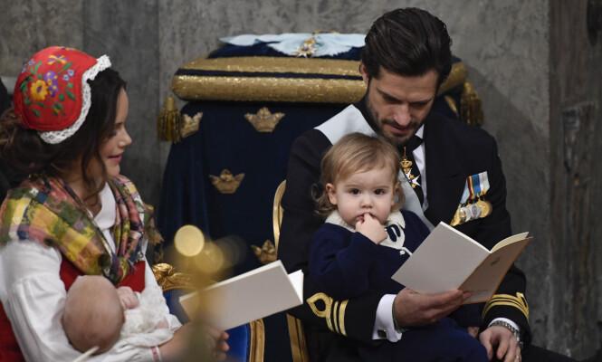 <strong>SMÅROLLINGER:</strong> Dette bildet, tatt i prins Gabriels dåp i desember, viser den yndige familien sammen. Prins Alexander var for opptatt av sine egne fingre til å få med seg stort annet. Foto: NTB scanpix
