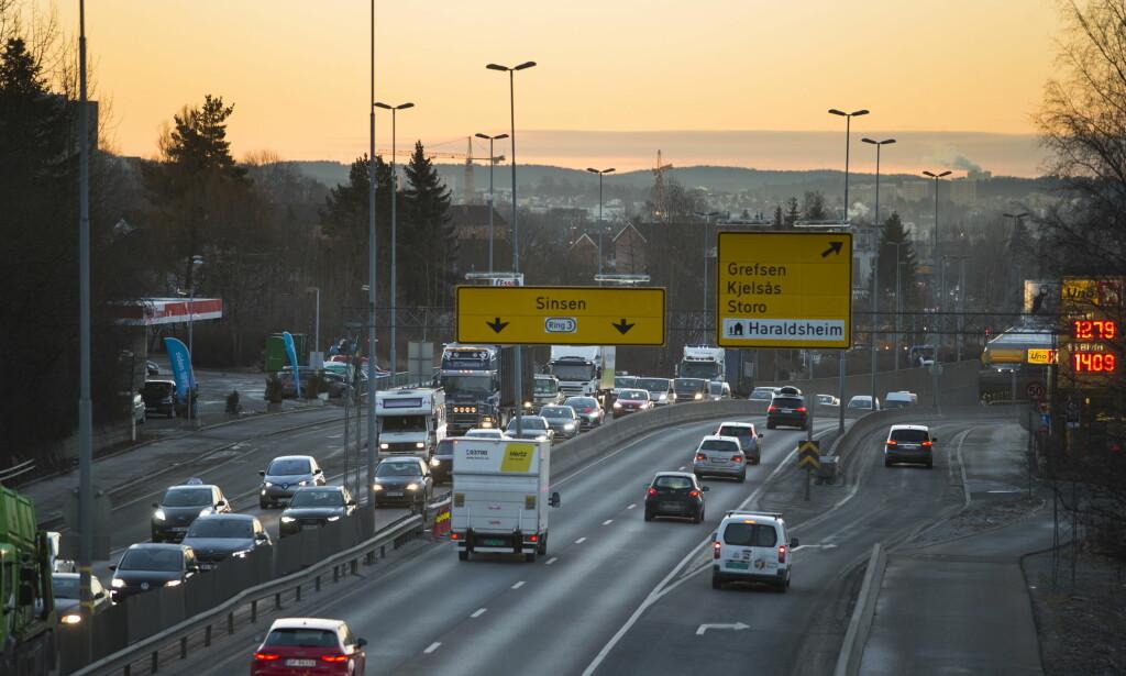 DÅRLIG LUFT: Rester etter vinterens strøing ligger fortsatt på veiene og lager så dårlig luftkvalitet i Oslo at det innebærer en «betydelig helserisiko». Mange andre byer på Østlandet opplever det samme. Foto: Håkon Mosvold Larsen / NTB scanpix