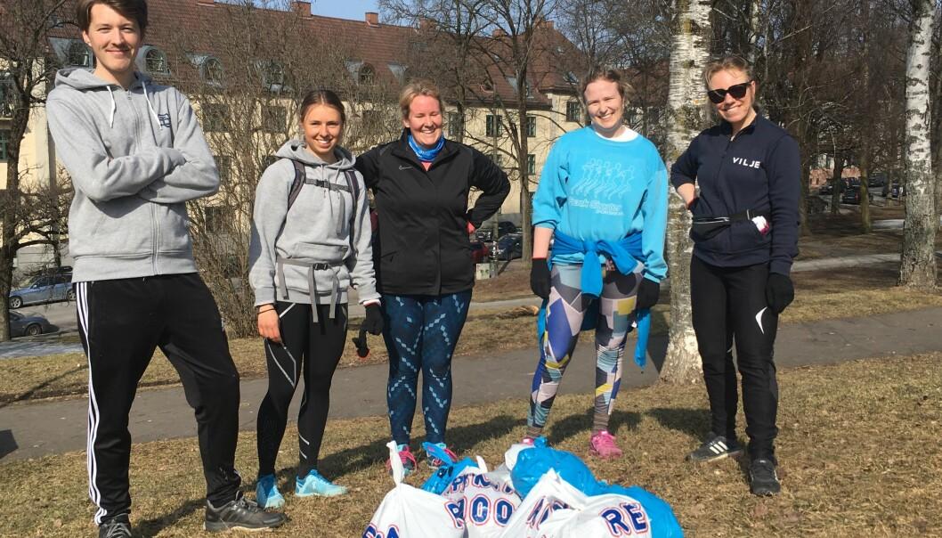 PÅ TUR: Fem ploggere samlet samlet sammen ni søppelposer i Torshovparken. Fra venstre: Einar Loland Råheim, Thale Henden, Karoline Sæther, Ida lovise Torske og Rikke Rynning. FOTO: Vilje trening