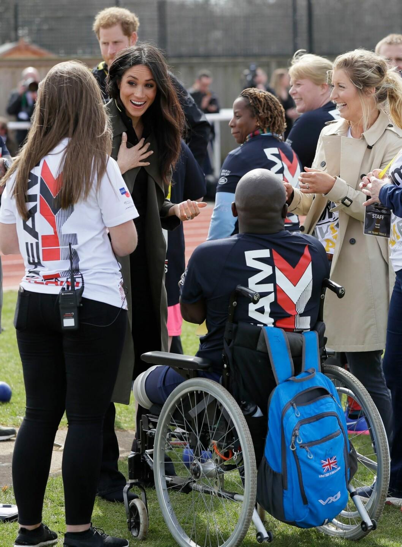 ENGASJERT: Meghan Markle tok seg tid til å snakke med en deltaker under et event i april. Deltakerne forberedte seg til Invictus Games Sydney 2018. FOTO: NTB Scanpix
