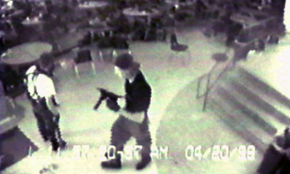 SKOLEMASSAKRE: Eric Harris (til venstre) og Dylan Klebold avbildet i kantina på Columbine High School i Littleton Colorado i 1999. Foto: AP /Jefferson County Sheriff's Department