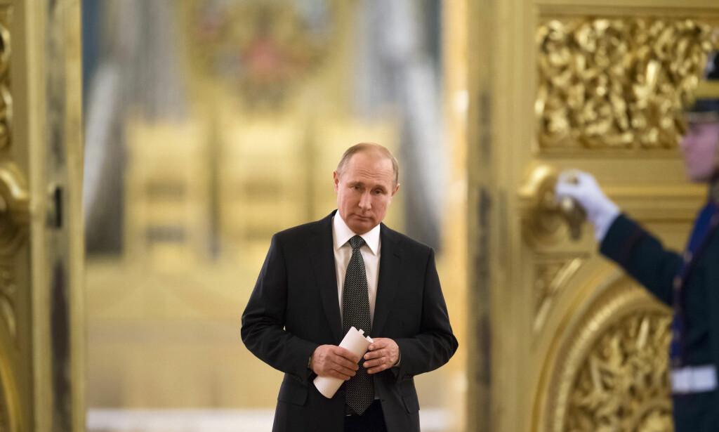 PROPAGANDA: Ifølge en britisk regjeringskilde skal antallet anti-vestlig propagandameldinger fra Russland på sosiale medier ha steget betraktelig på to uker. Her er Russland president Vladimir Putin på vei til et møte. Foto: NTB scanpix