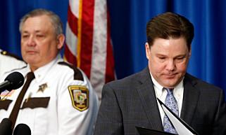 INGEN SIKTET: Statsadvokat Mark Metz i Carver County under pressekonferansen i Chaska i Minnesota der han kunngjorde at ingen blir siktet i forbindelse med Princes dødsfall. Foto: NTB scanpix