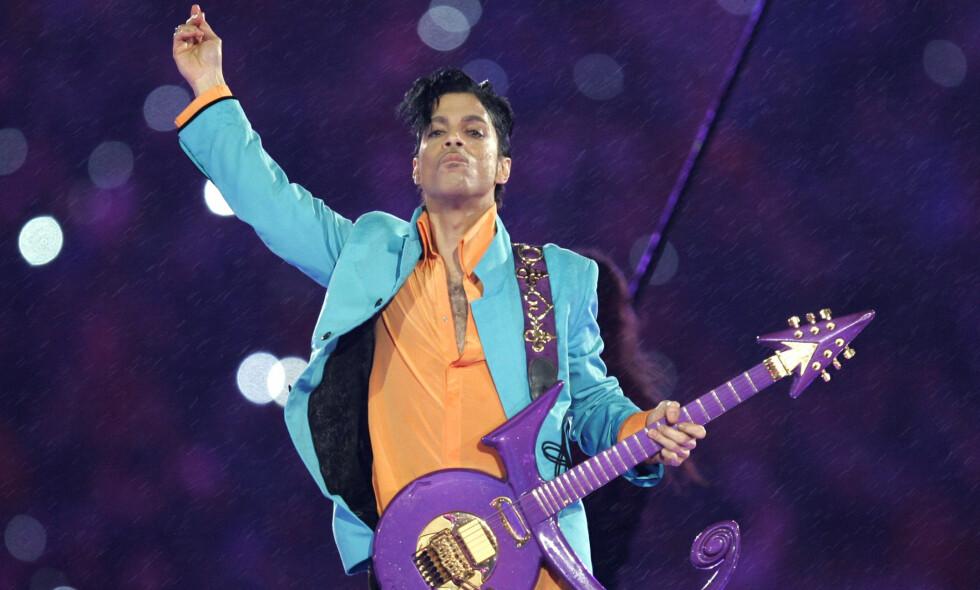 ET UHELL: Prince døde av en overdose sterke opioider 21. april 2016. Bildet er fra artistens Super Bowl-opptreden i Miami i 2007. Foto: NTB scanpix