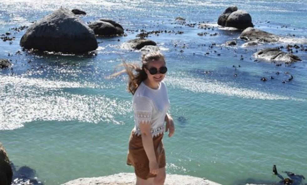 SAVNET: Marie Sæther Østbø er savnet fra Sedgefield i Sør-Afrika. Her er et bilde av den norske studenten på stranda Boulders Beach i Cape Town på mandag. Foto: Privat
