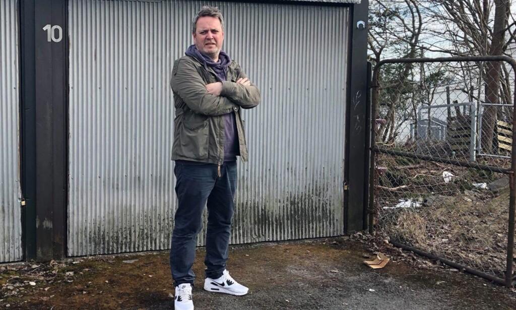 MISTET 21 SKI: Langrennsentusiasten Jens Christian Holm plasserte skiene foran garasjen på Gaustad i Nordre Aker i Oslo. I løpet av en middagspause hadde skiene forduftet. Foto: Privat