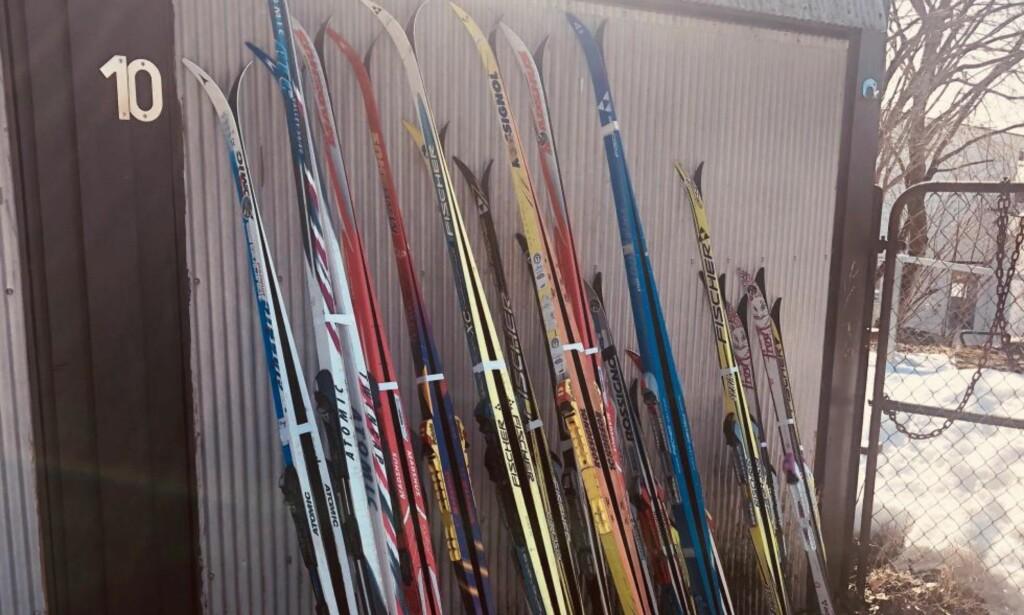 SPORLØST FORSVUNNET: Bildet viser noen av skiene som forsvant uten et spor onsdag denne uka. Foto: Privat.