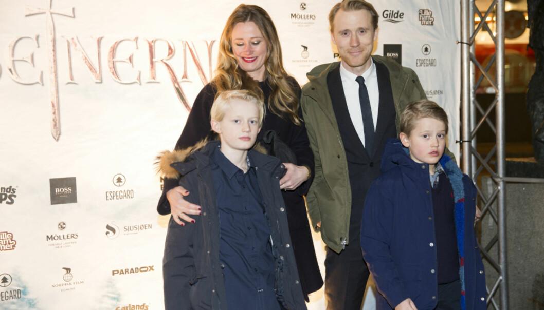 <strong>FAMILIE PÅ FILMPREMIERE:</strong> Thorbjørn Harr med kona Tai Victoria og sønnene Elias og Elliot på filmpremieren den norske storfilmen «Birkebeinerne» for to år siden. Foto: NTB scanpix