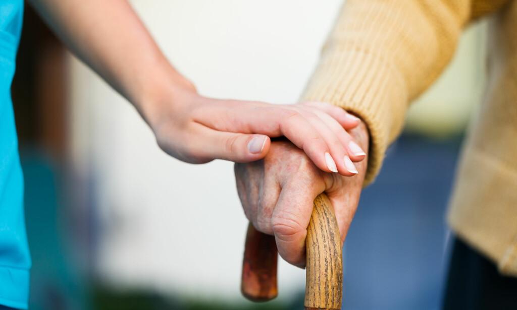 PÅRØRENDE TIL EN PERSON MED DEMENS: Det kan være veldig krevende å ta vare på personen som har blitt syk. FOTO: NTB Scanpix