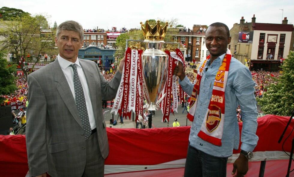 FORRIGE SERIETITTEL: Arsene Wenger og Patrick Vieira holder oppe Premier League-trofeet etter Invincibles-sesongen i 2003/2004. Foto: Pa Photos / NTB Scanpix