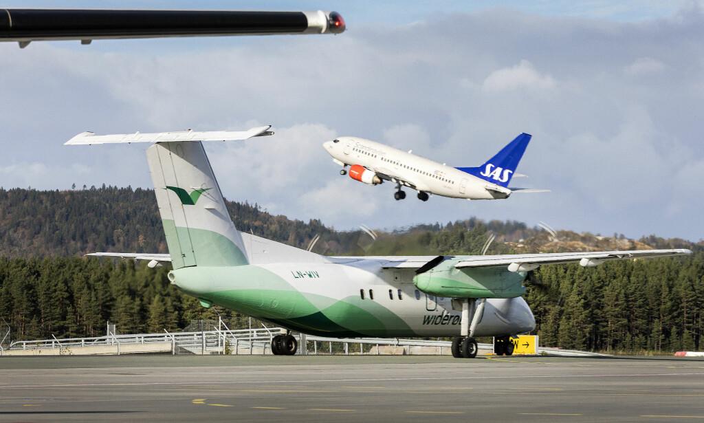 HVIT GRUNNFARGE: De aller fleste flyselskaper bruker hvitt som grunnfarge på maskinene sine. Det er det mange grunner til. Foto: NTB Scanpix