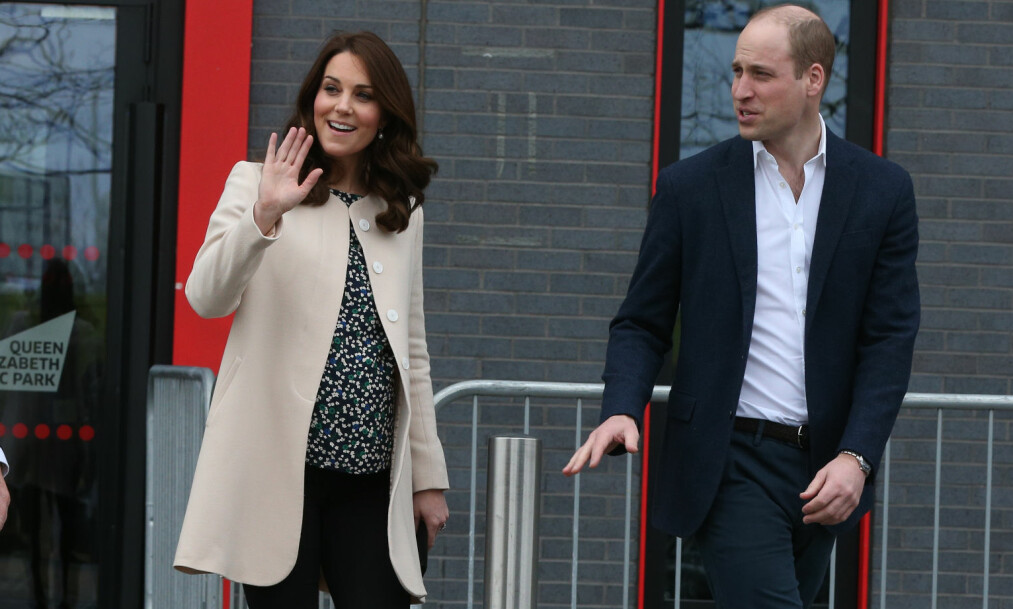 <strong>I FARTA:</strong> Selv om hertuginne Kate (36) er høygravid med sitt tredje barn, trapper hun ikke ned på oppgavene av den grunn. Her fra 22. mars, sammen med ektemannen William (35). Foto: NTB Scanpix