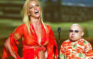 POPULÆR: Verne Troyer ble verdenskjent etter rollen i «Austin Powers». Her er han avbildet sammen med Britney Spears i 2002. Foto: NTB Scanpix
