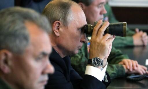 ZAPAD: Russlands president Vladimir Putin med forsvarsminister Sergej Shoigu under et militærøvelsen Zapad i september 2017. Foto: Mikhail KLIMENTYEV/Sputnik/AFP